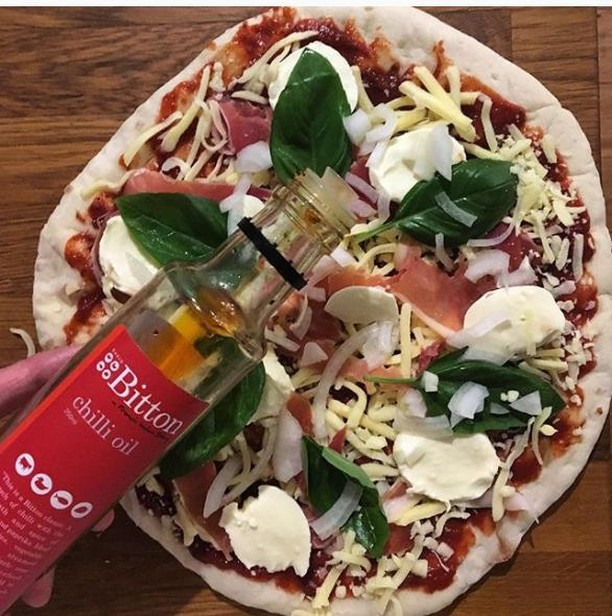 The first Tuesday after a long weekend calls for homemade pizza drizzled with a pantry staple; @bittongourmet Chilli Oil. No gourmet pantry should be without a bottle! ⁣ ⁣ #cartelandco #chillioil #pantrystaples #gourmetfoods #bittongourmet