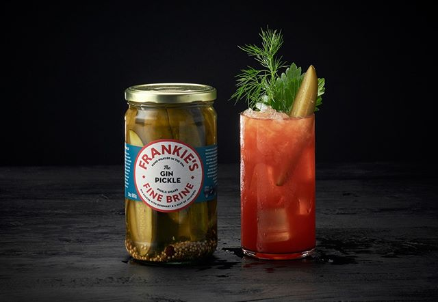 A pickle designed to slip into your Friday evening gin?! Ahhh yes please! Our friends @frankiesfinebrine have got you covered! ⠀ ⠀ #pickles #gincocktail #frankiesfinebrine #cartelandco #pickled