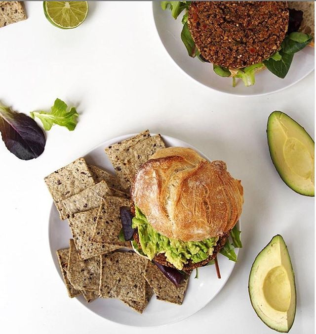 Easy weeknight dinner: Chipotle black bean burgers with smashed avocado and sprouted black bean chips from @waybettersnacks ⠀ ⠀ #sprouted #bettersnacks #burgers #cartelandco #waybetter