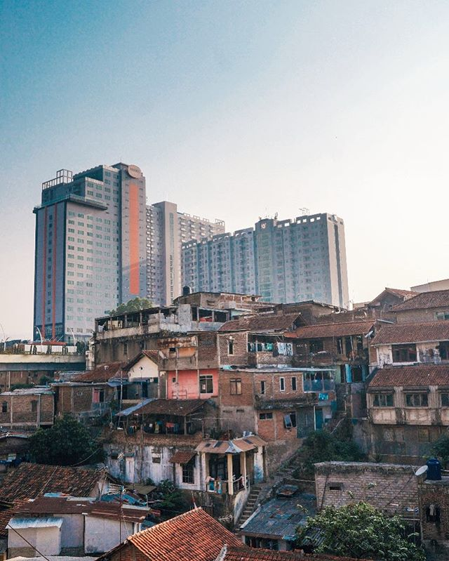 You will see this view often, a skyscraper standing side by side with slum housing. What do you think can make this better? 📸 by Isyanti, 16 years old. • • Tell us your idea through photos how to #MakeBandungBetter and get a chance to win IDR 10,000,000 💰💰 • Register for free now! Go to www.saksara.com/mbb #MakeBandungBetter #CurtinUniversity #SaksaraEducation #BandungCity #StudyAustralia #StudyPerth #bandung #lombafoto #fotografi #bandunghits #bandungjuara #fotografi #SMAbandung