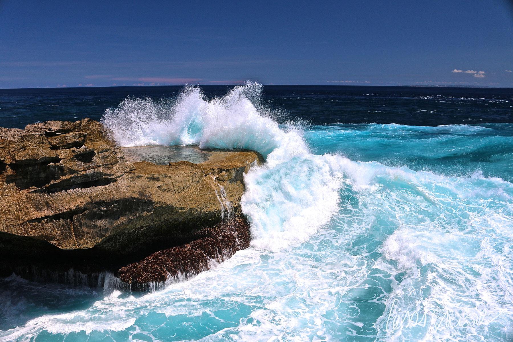 Una de tantas olas rompiendo con fuerza en el acantilado de Devil's Tear por la mañana, un lugar especial que inevitablemente me enamoró. Fotografía hecha en Nusa Lembonga, Indonesia.  Click + info >