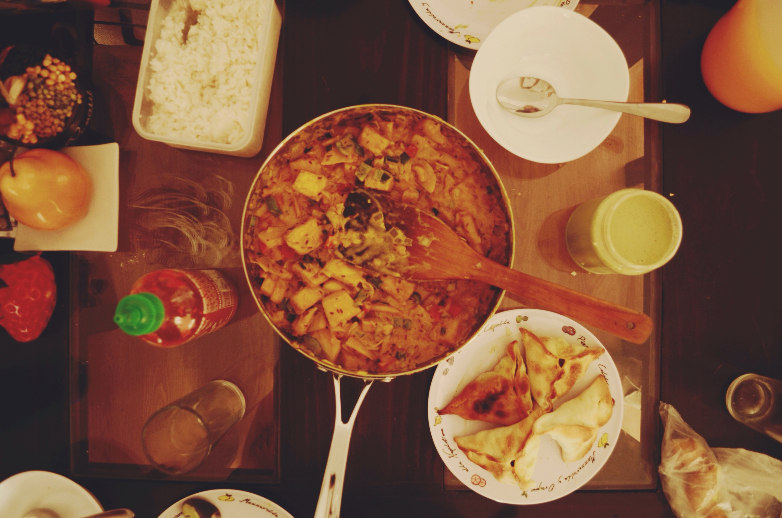 I'll start off with a bang...here is our entire scrumptious feast, complete with sriracha sauce and homemade cilantro dip for the samosas (thanks Quyên!) // 10 may 2015