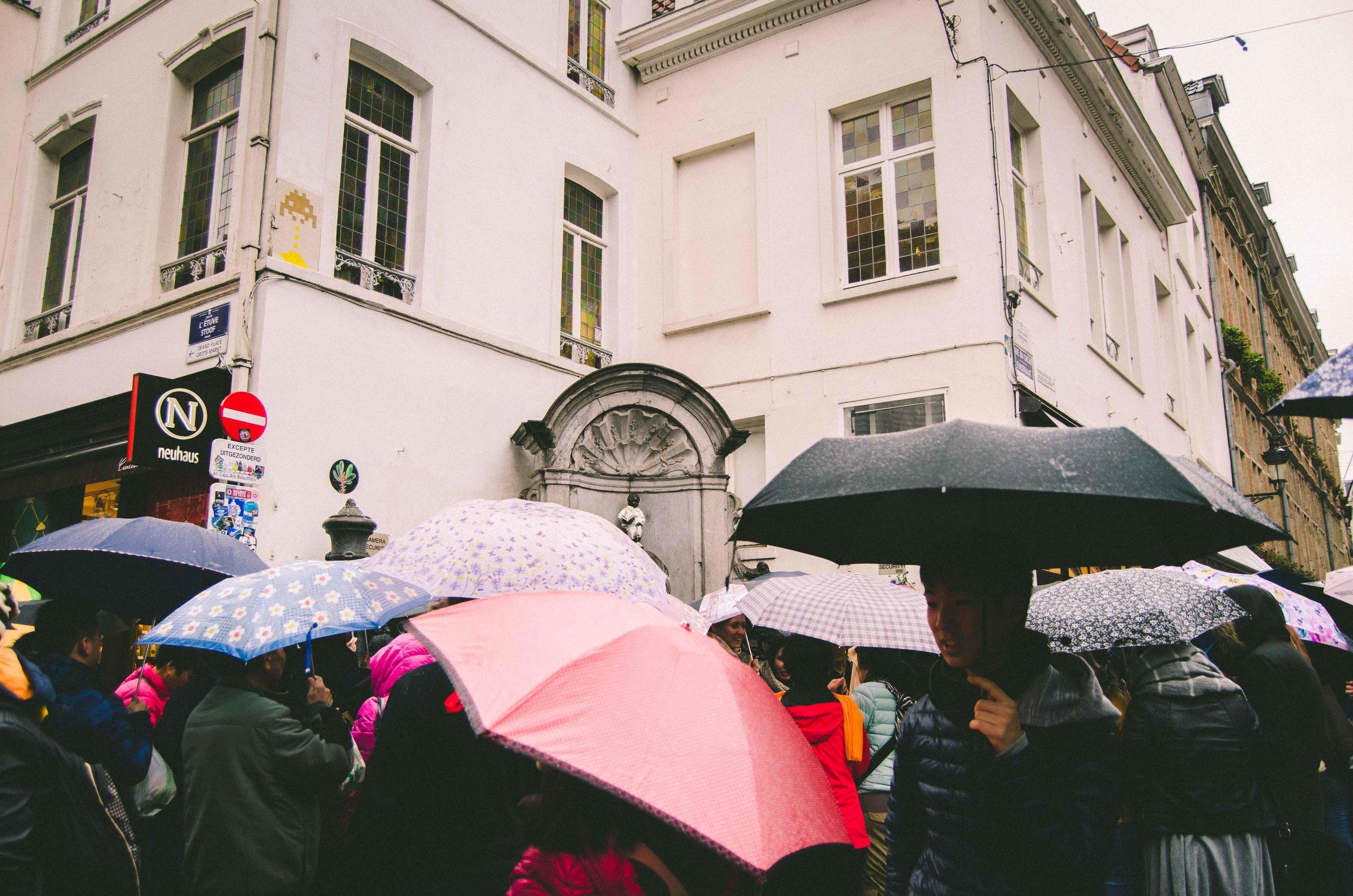 Crowd around Manneken Pis