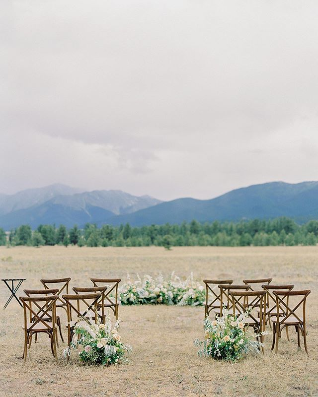 This morning was so foggy and misty that it made me miss my beloved San Francisco. It also took me back to this incredible wedding day that was filled with rain and mist and clouds but felt warm and cozy and intimate all at the same time! The gorgeous Collegiate Peaks would completely disappear at times behind the low hanging clouds but the ambiance felt so serene that the weather was definitely worth it! . Photo @carriekingphotographer  Florals @emmaleafloral  Rentals @settingseventrental  Venue - Private Residence . . . #thatsdarling #pursuepretty #Flashesofdelight #darlingmovement #Calledtobecreative #soloverly #ohwowyes #dowhatyoulove #designisinthedetails #coloradowedding #coloradobride #coloradoweddingplanner #mountainwedding #mountainweddingplanner #denverwedding #denverweddingplanner #realwedding #intimatewedding #microwedding #buenavistawedding #buenavistaweddingplanner