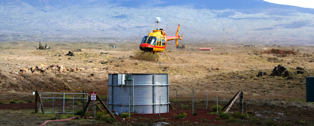 Above: Hawaii Fire Department helicopter pulls water from thePuu Kapu dip tank.