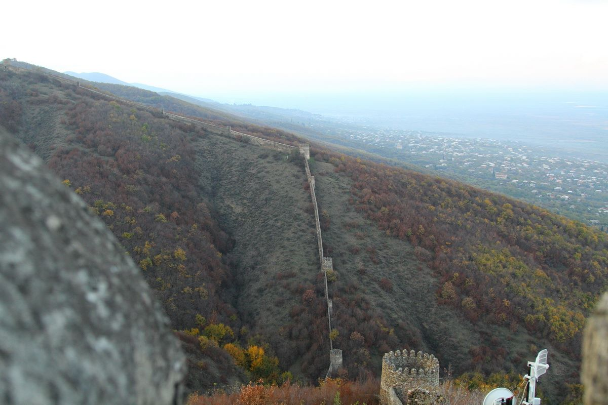 Сагнахи до сих пор обнесен 40 километровой средневековой стеной ,за которой укрывались жители долины пи набегах диких горцев