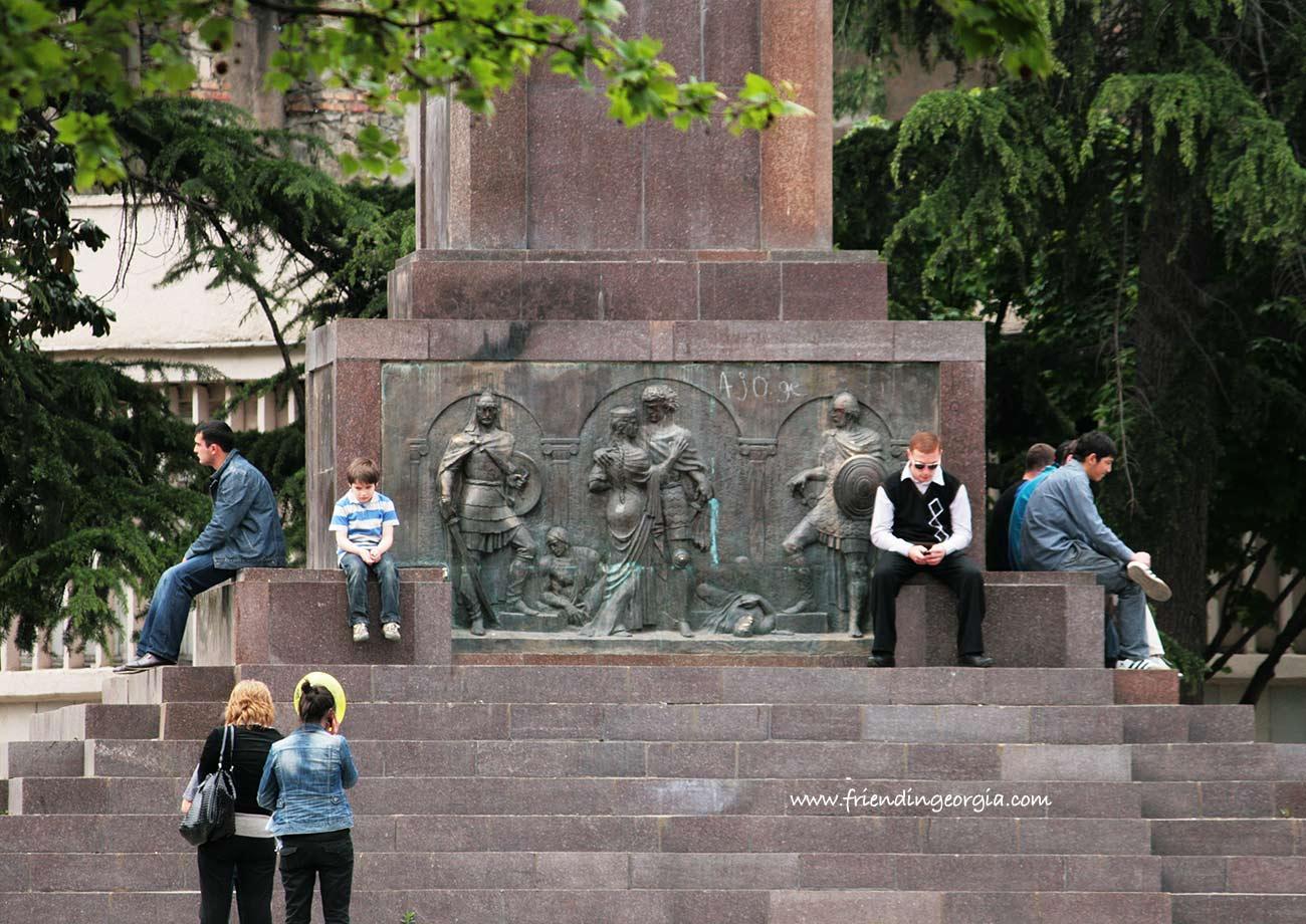 Тбилисцы у подножия памятника Руставели