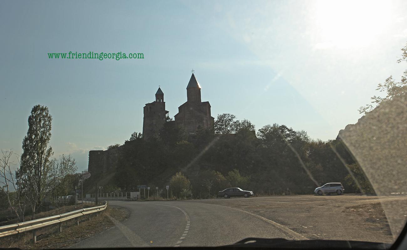 Вид на крепость Греми с дороги