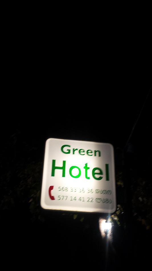 Вывеска отеля - здесь указаны номера хозяев
