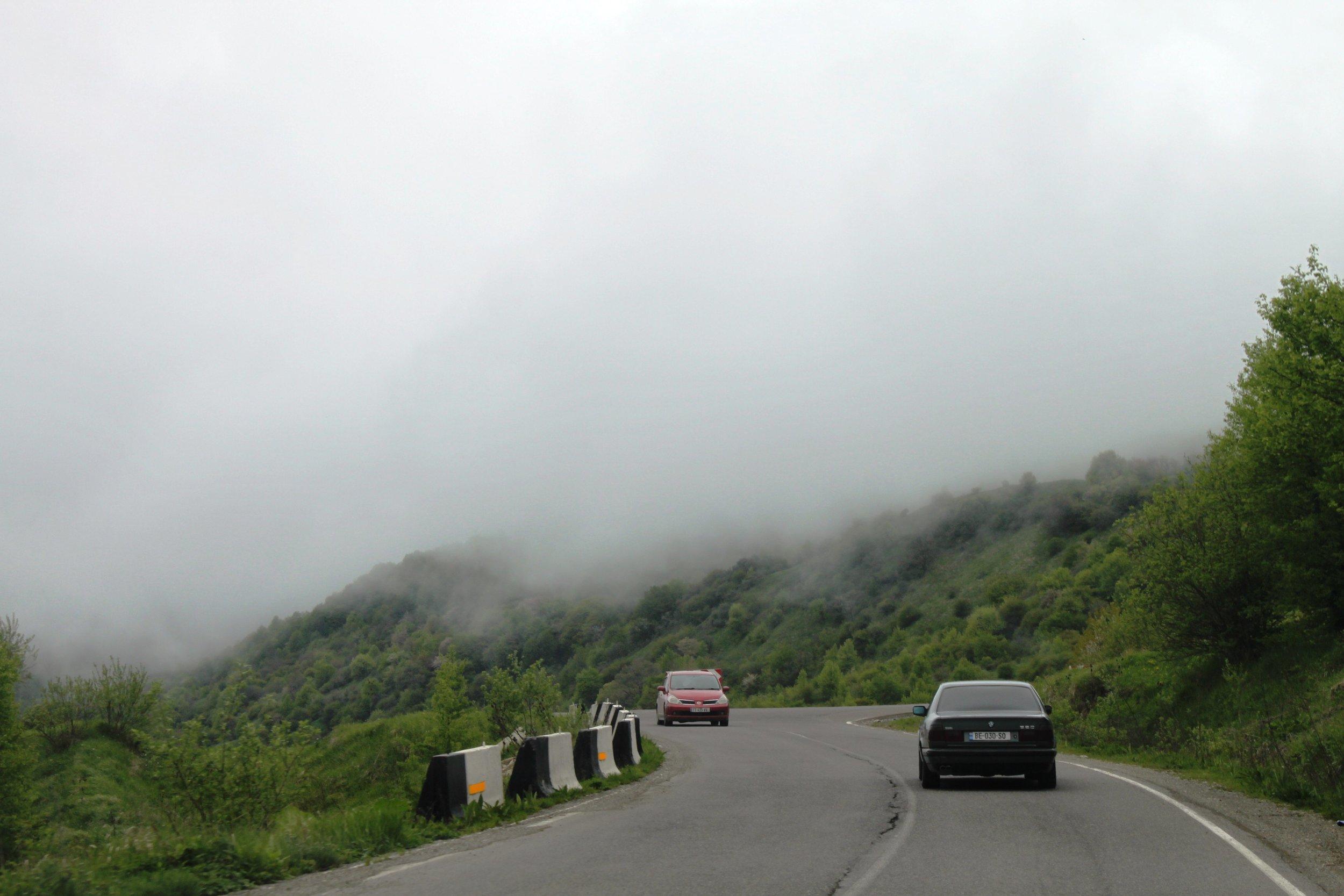 Мы поехали в Кахети через Гомборский перевал. Было облачно. Облака лежали прямо под ногами