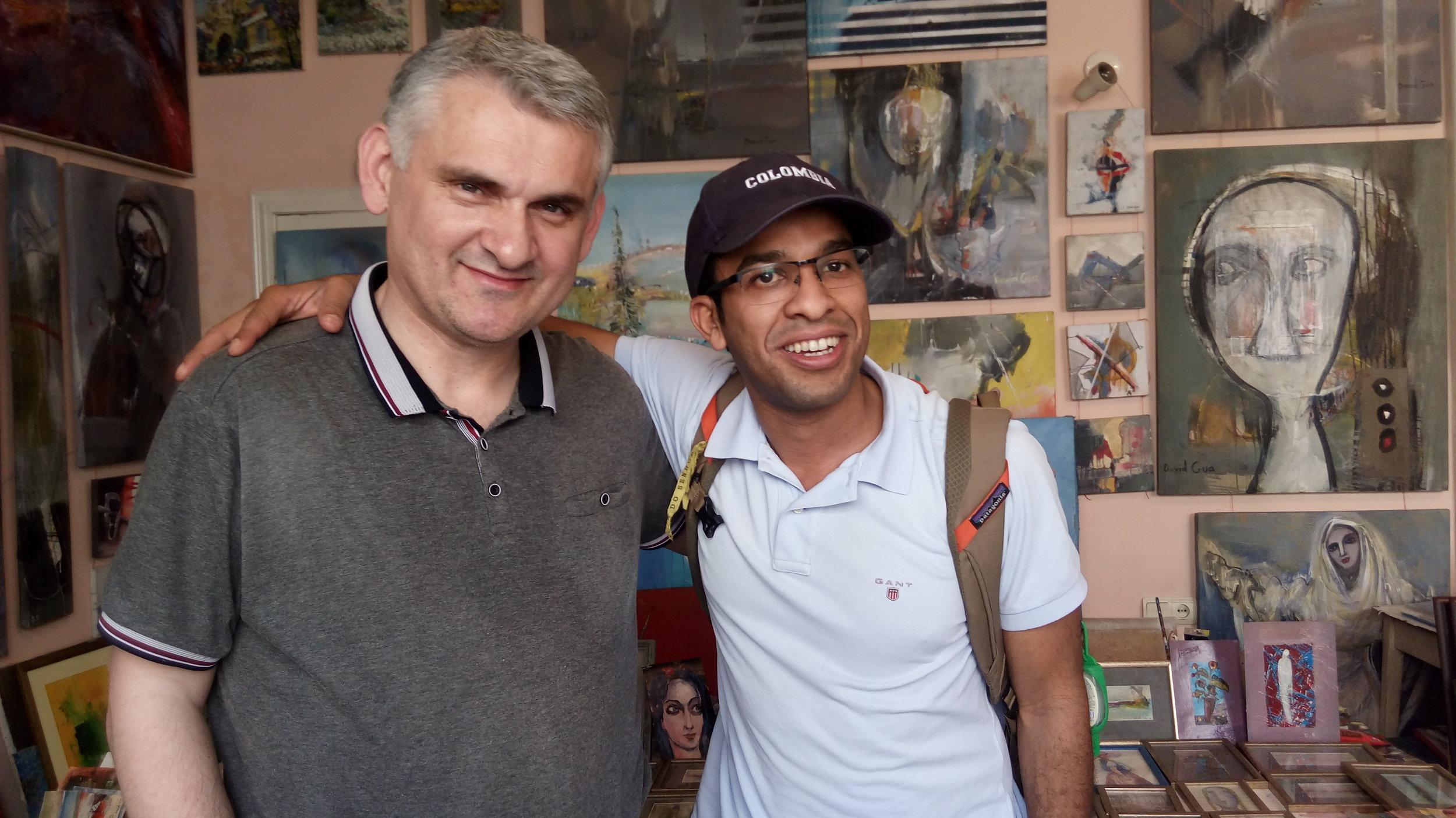 Давид с одним из покупателей