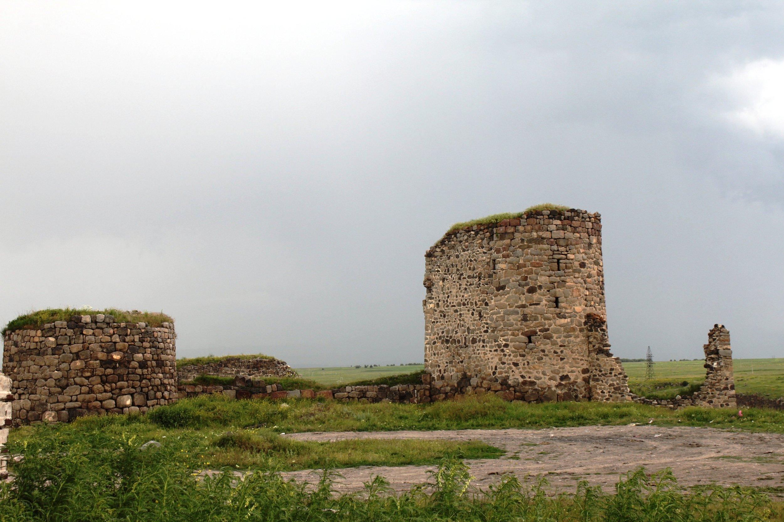 Ахалкалакская крепость. Точнее, то, что от нее осталось. В 1900-м была разрушена землетрясением. У местного населения не считалось зазорным взять с нее камень-другой для хозяйственных нужд