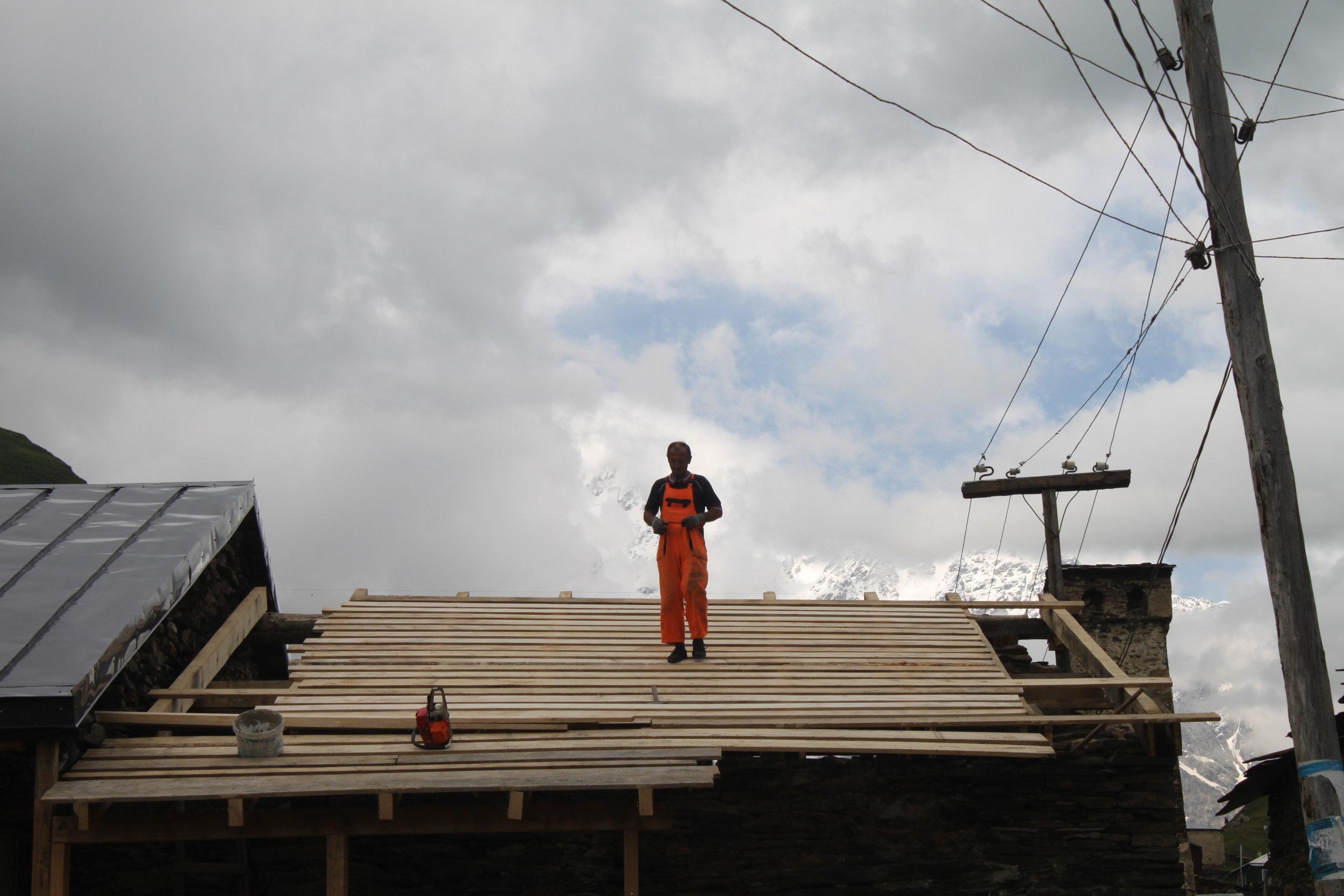 Просто человек, который чинил крышу в Ушгули. Сванский Карсон