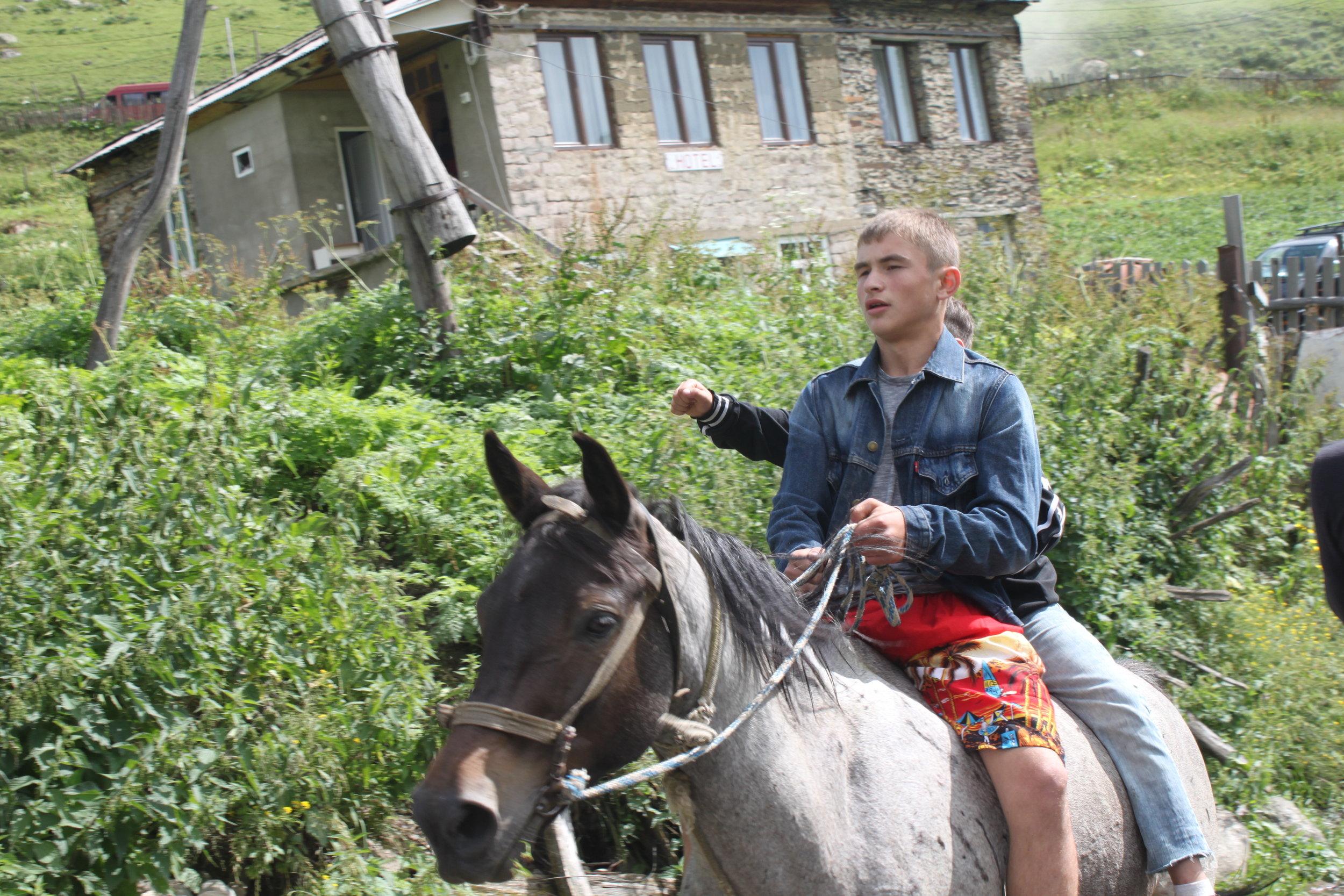 Мелкие (в обоих смысла:) предприниматели в Ушгули - дадут покататься на лошади