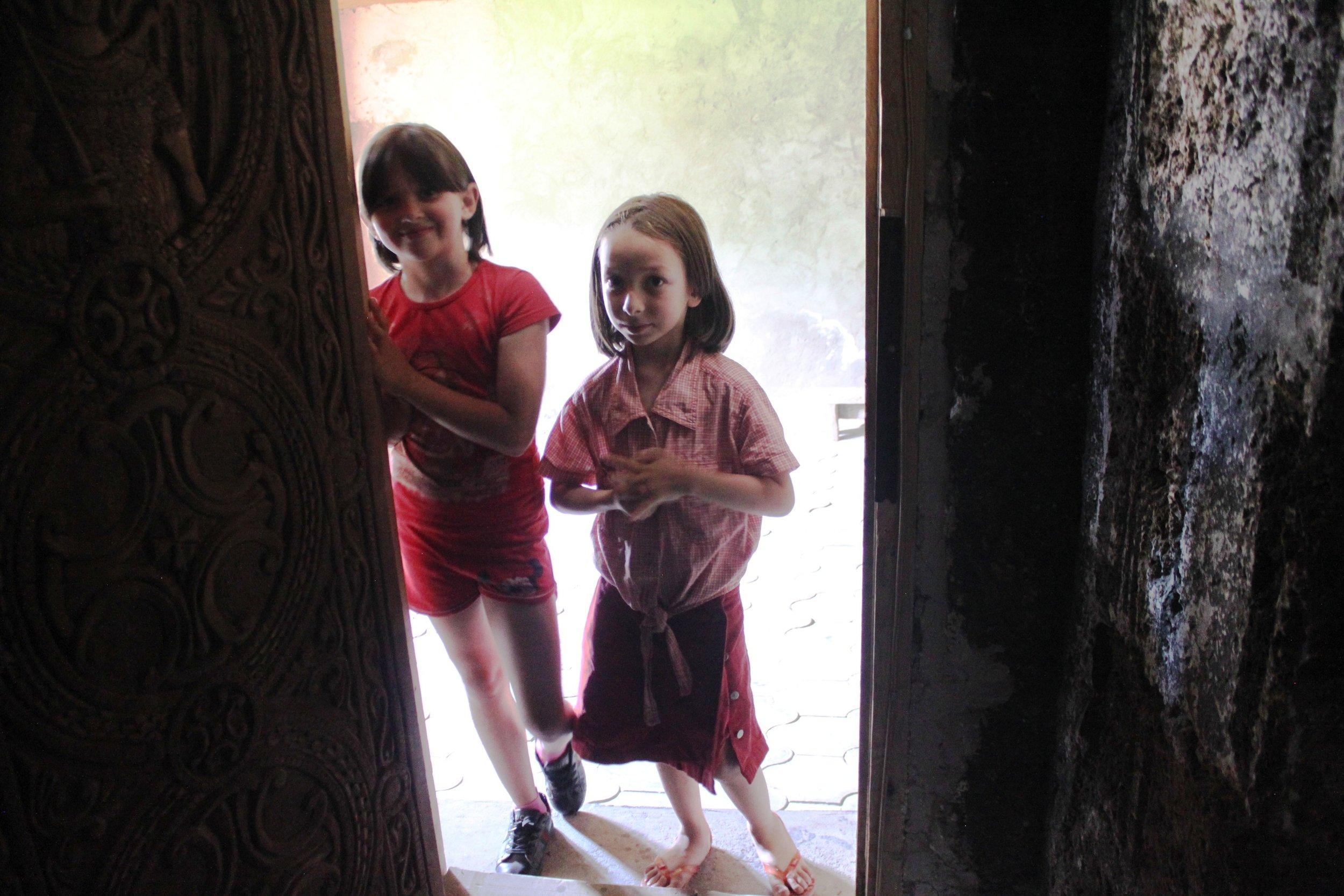 Нино и Лали у входа в храм Святого Габриэла