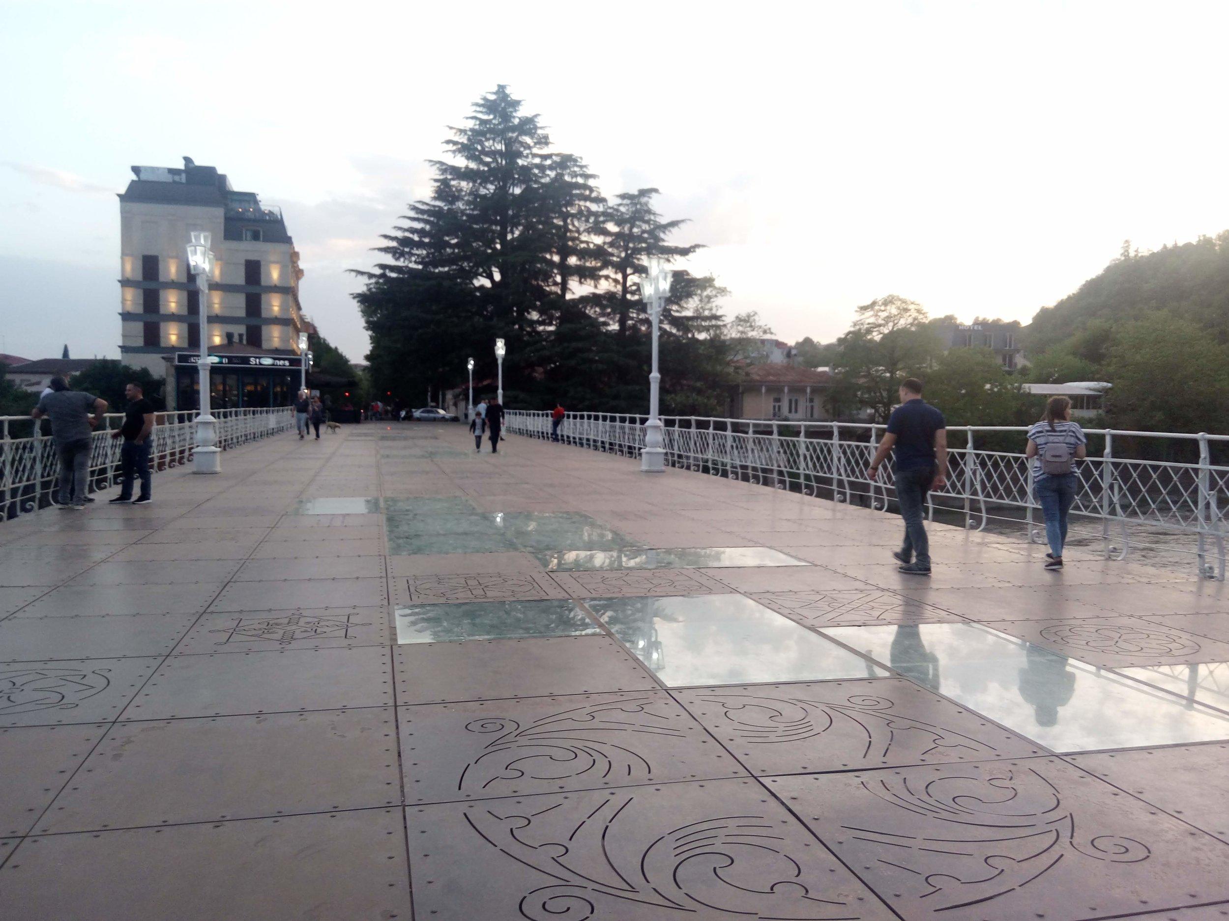 На втором месте, вероятно, будет мост через эту стремительную речку. Белый мост - так он называется. С прозрачными фрагментами из стекла, на которые, понятное дело, страшновато наступать. Пусть это будет кутаисский образ ВТОРОЙ