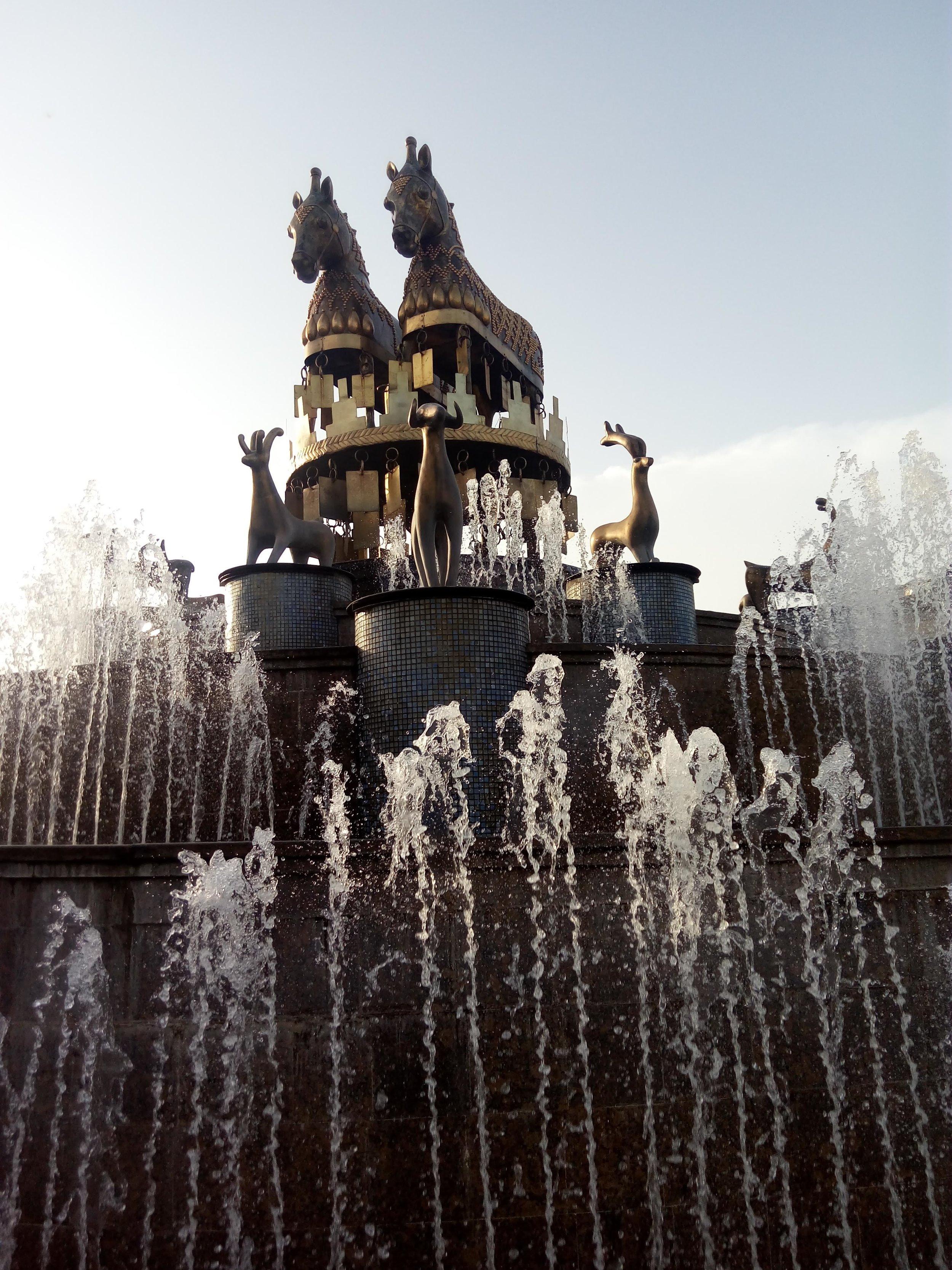 Явление ТРЕТЬЕ: фонтан на площади Агмашенебели. Ему мы посвятим отдельную публикацию