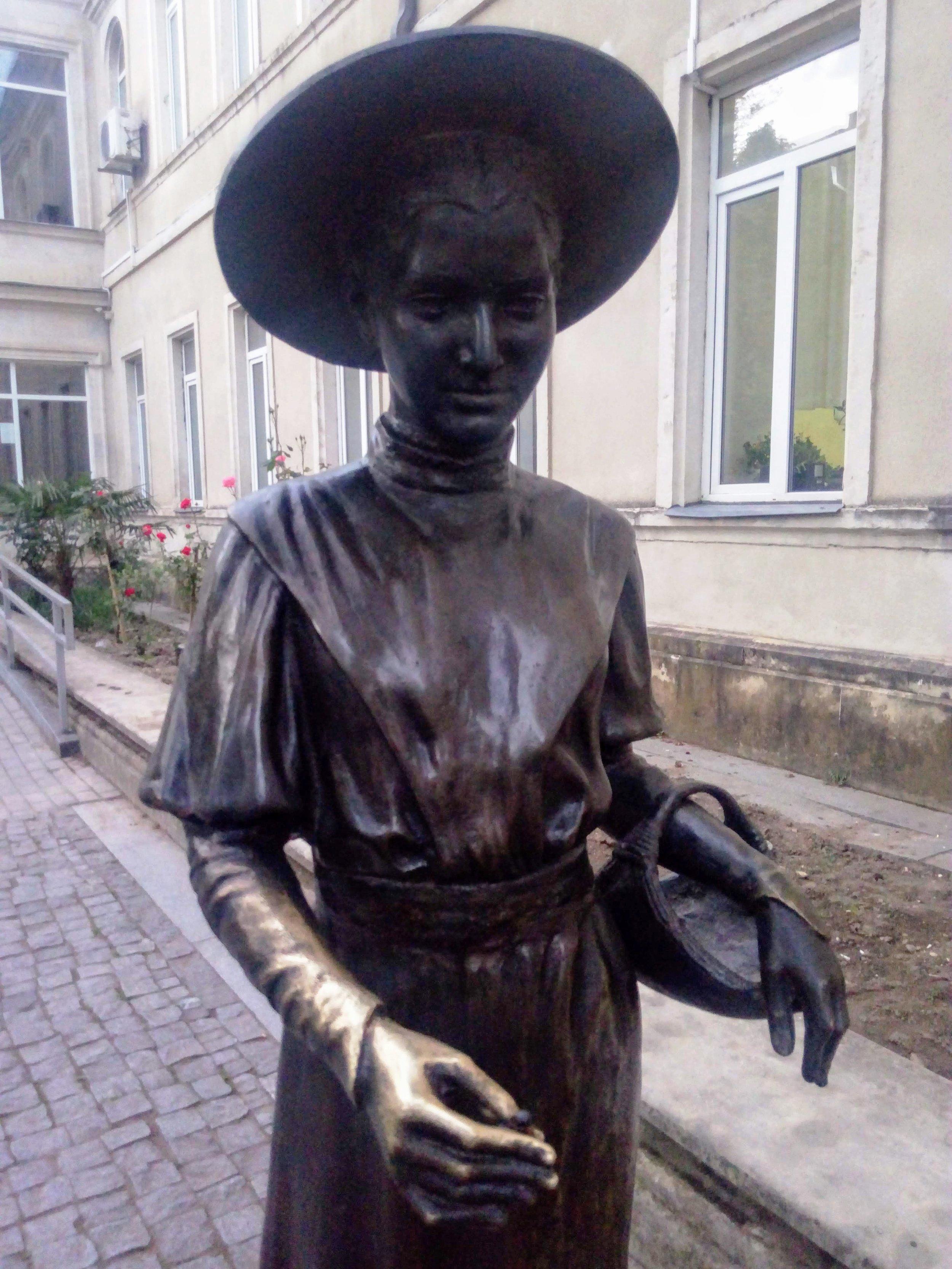 Гимназистка - СЕДЬМОЙ образ. Он отсылает нас в начало ХХ века, когда девочки аристократических семейств собирали пожертвования в пользу больных туберкулёзом. В корзинках у них были цветы. За взнос девочки награждали жертвователей ромашкой, которую прикалывали - мужчинам к пиджакам, дамам к шляпкам. Был такой, говоря по-нынешнему, флешмоб, который пошел из Швеции в 1908 году. Кстати, этот цветок - символ Всемирного дня борьбы с туберкулезом.