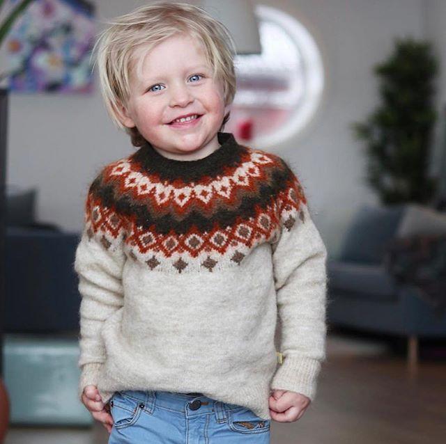 Regram fra @rachelhauan 💛 Denne herlige genseren i mange vakre farger kan du sikre deg i nettbutikken vår eller i outleten vår i dag kl 11-13 💛 Vi har ytterligere 10% avslag med rabattkoden PÅSKE19 som varer til og med søndag 14/4, så løp og kjøp! Rabatten gjelder selvsagt også i outleten i dag ✨ Velkommen 💛 #littlemountains #iisofnorway