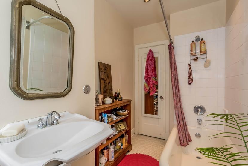 016-Bathroom-1404672-mls.jpg
