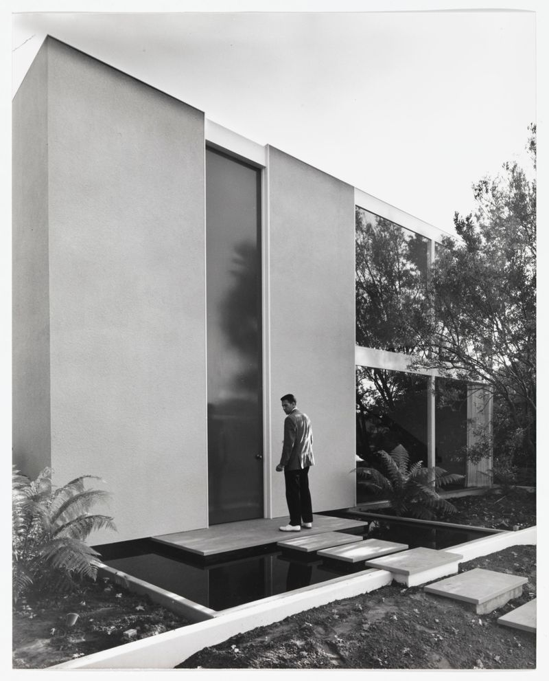 Exterior of Case Study House No. 25, designed for Eddie Frank by the firm of Killingsworth, Brady, Smith & Associate, 1961 © J. Paul Getty Trust. Getty Research Institute, Los Angeles (2004.R.10)