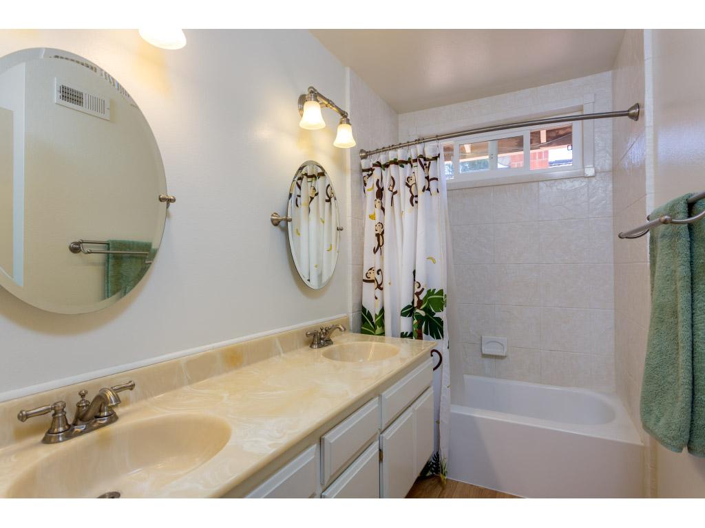 upstairs-bathroom_16518320391_o.jpg