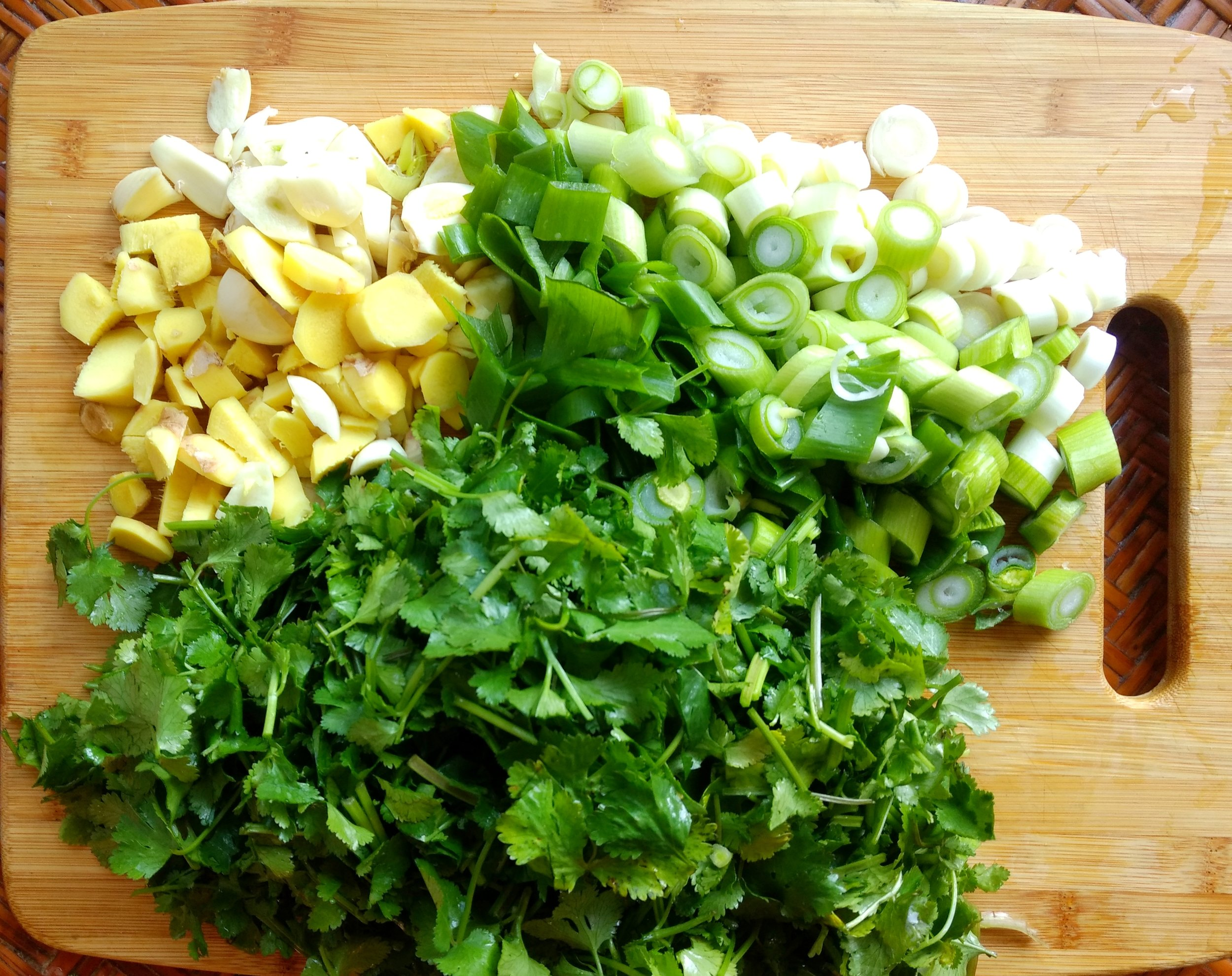 1- Roughly chop the garlic scallions,, coriander and ginger.