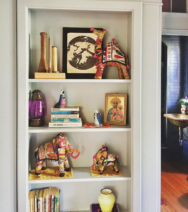 Guest room shelf with peek into guest bath. . . . . . . .  #oldhouse #handmadehome #houseremodel #rustic #renovation  #fixerupper  #spacealchemy#houseremodel#interiorstyling#interiordesign#vintagestyle#apartmenttherapy#oldhouse#vintage#soulremodel  #thismustbetheplace