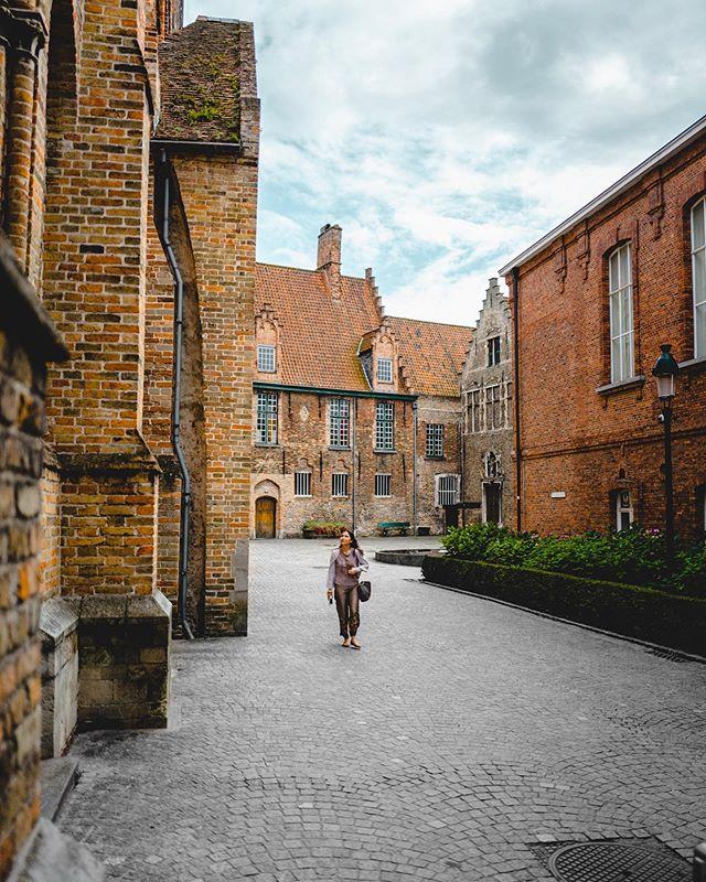 Wandering Sam. . . .  #bruges #belgium #brugge #europe #brussels #antwerp #belgique #belgica #visitflanders #travelgram #eurotrip #flanders #thisbelgium #europa #visitbrussels #travelphotography #magicalplaces #leica #leicaq #leicaq2 #rainyday