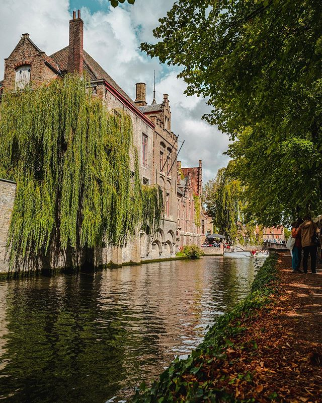 Bruges canals. . . . . #bruges #brujas #belgium #leica #leicaq #leicaq2 #roamtheplanet #brickwall #redwall #alley #travelphotography #colorfull #europephotography #travelphotography #redandblue #wifey #urbanphotography #lightroommobile #canals #river