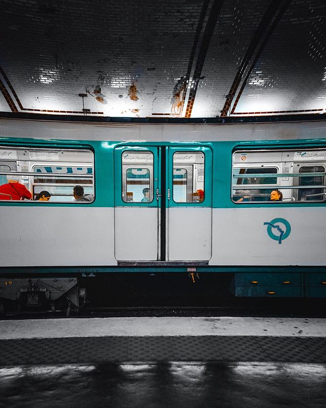 Metro a Paris. . . . #paris #parismetro #eurotrip #leica #leicaq #leicaq2 #lightroommobile #lightroom #europe_greatshots #vaca #underground #train #frenchlife #move #travelphotography