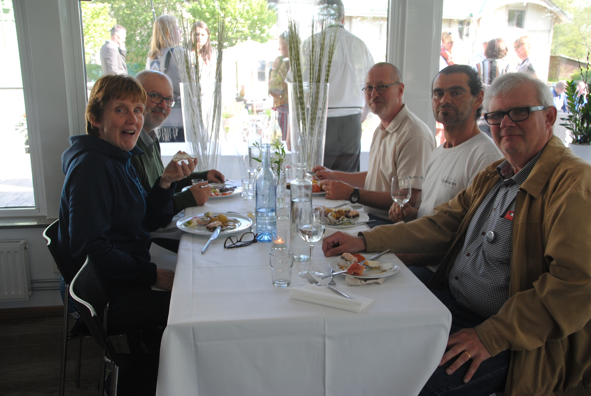 Den svenska vinproducenteliten samlad till kvällens delikatessbuffé.