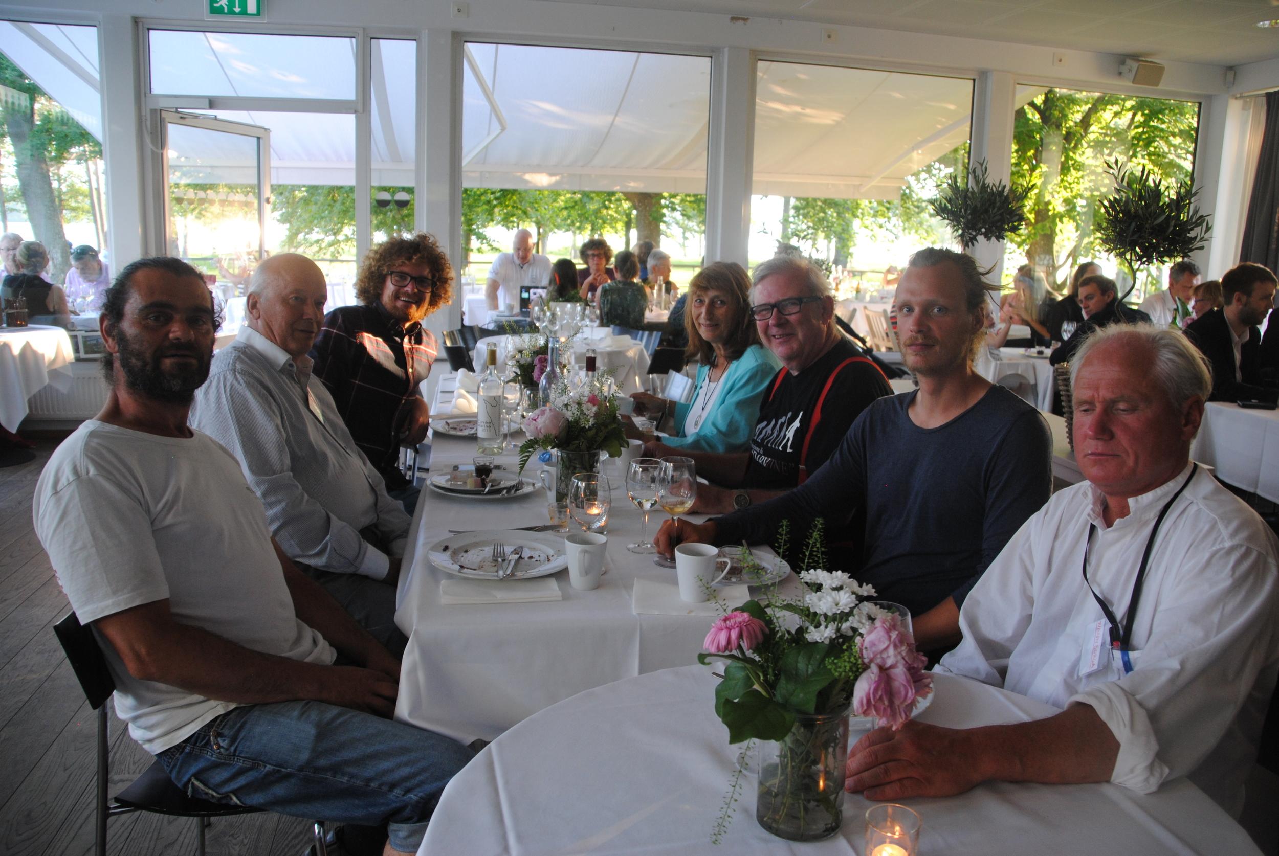 Alla vingårdarna samlade till bords