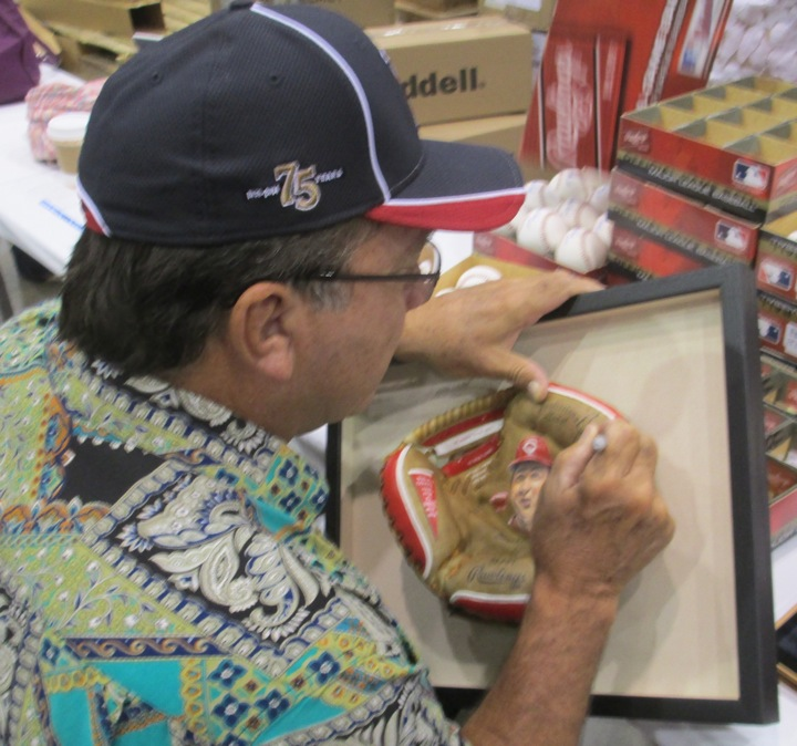 Johnny-Bench-signing-painted-glove-art.jpg