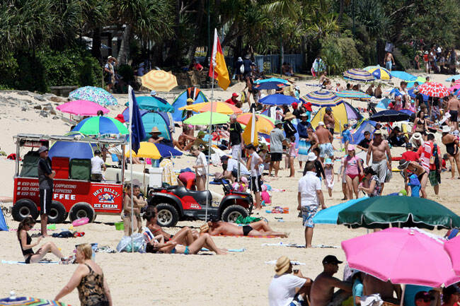 -Summer-crowds-at-Noosa-Beach-on-New-Years-Eve.-Pic-6422500.jpg
