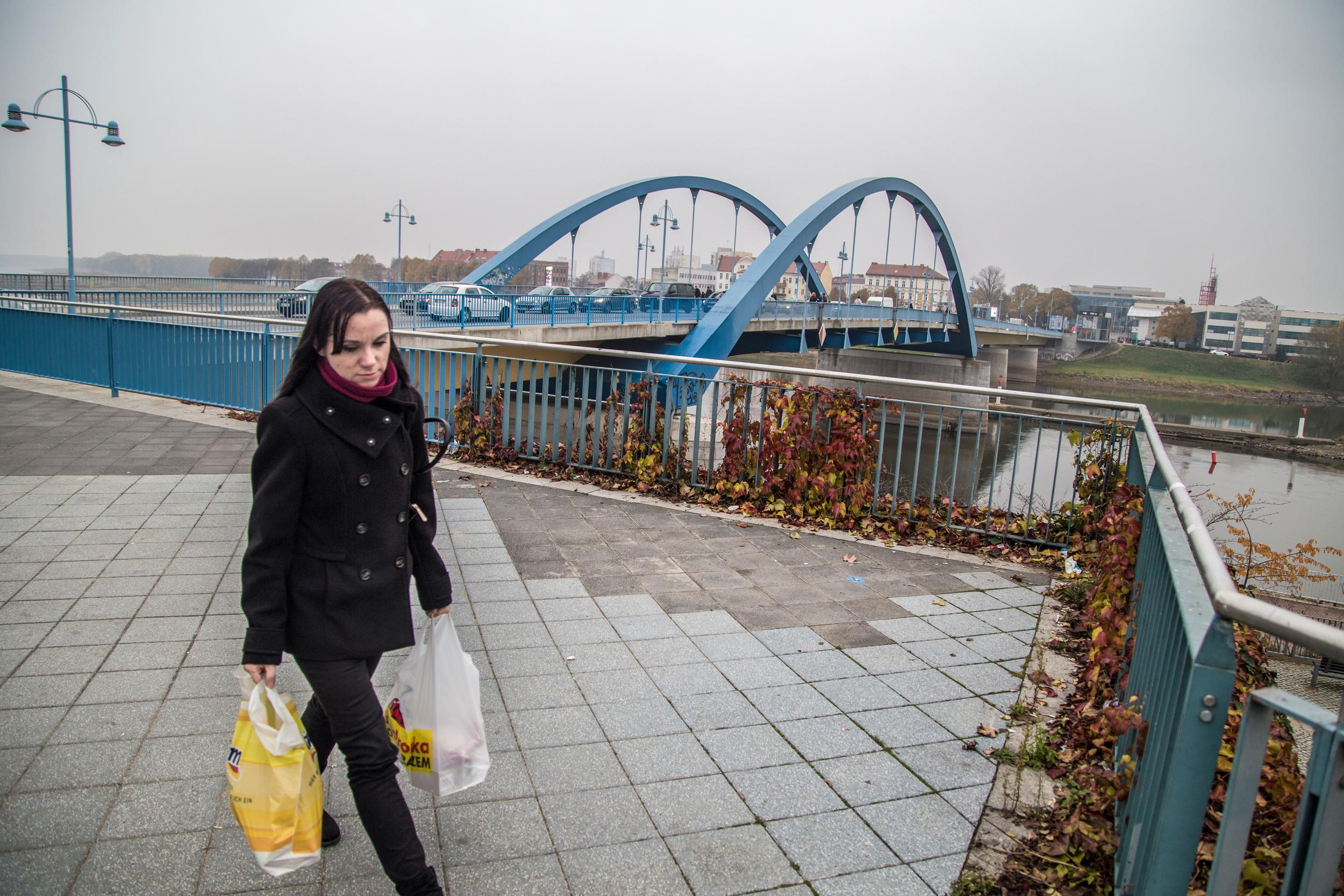 A woman returns to Germany after a shopping trip in Poland's Slubice.