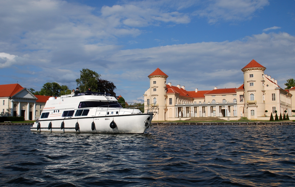 Hausboot-Mecklenburg-Seenplatte-Europa-E700-vorm-Schloss-Rheinberg-Boot-Typ-Europa.JPG