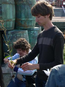 Bioloog Bart Achterkamp deed vooronderzoek naar eetbare groenten aan de kust en gaf rondleiding. Hij vertelde uitgebreid over de eetbare flora van het duingebied.