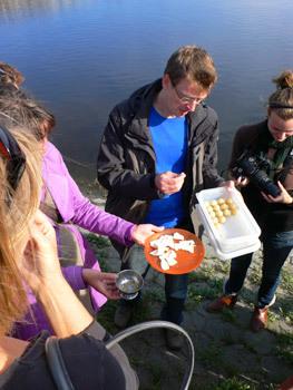 Favoriet bleken de Kraailook bonbons gemaakt van Kraailook(soort uitje)en witte chocolade. Of de duindoorncompote gepresenteerd op een stukje vis.