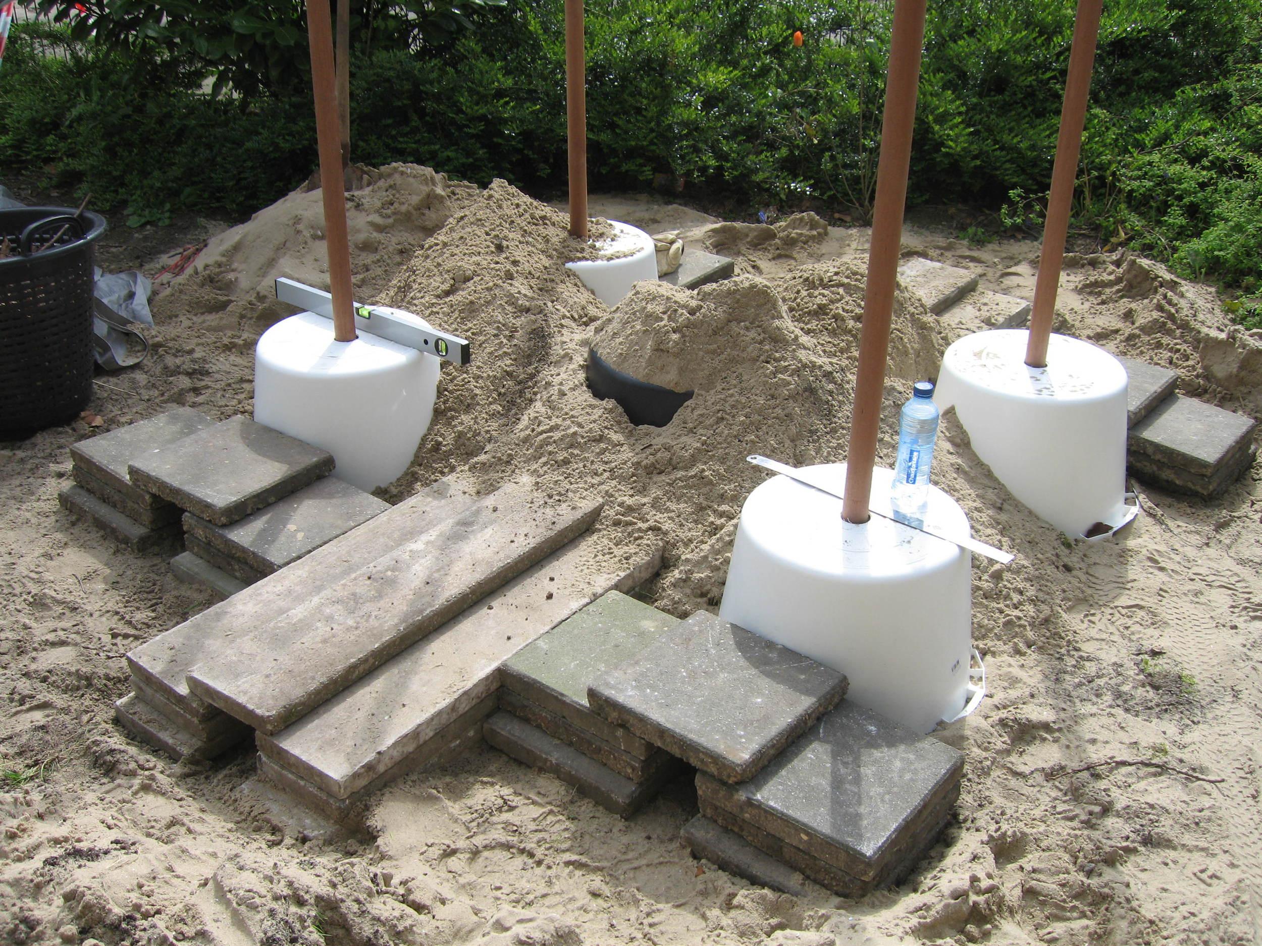 Een egelburcht, schuilplaats voor egels en kleine dieren, opgebouwd uit metselkuipen onder de grond.
