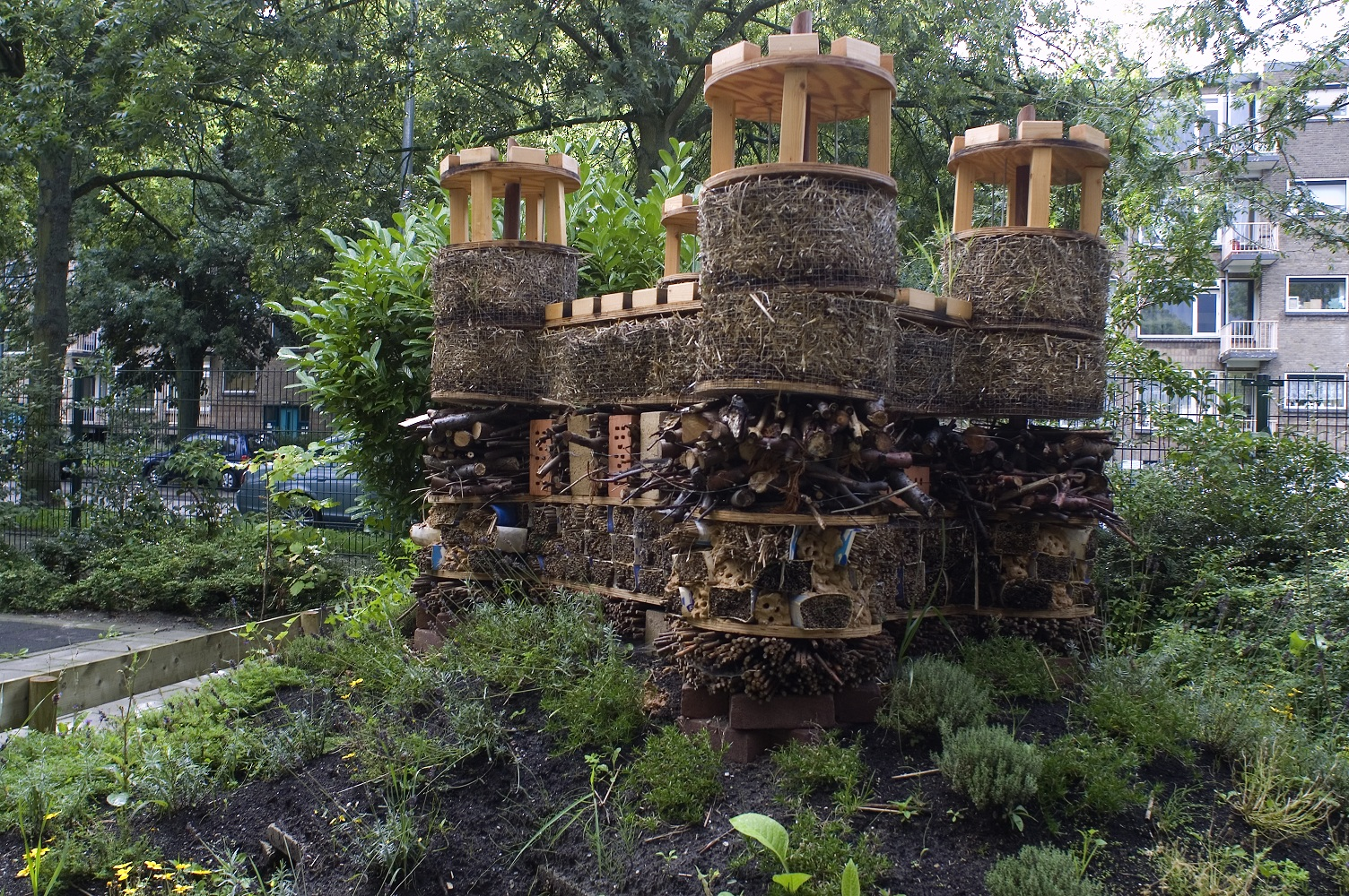 Leerlingen tijdens het bouwen: can we enter the castle? I wish I am a butterfly so I can enter the castle, I wish I am a rocket so I can fly into the castle. I think there is a hedgehog inside, I can feel it, and I think its blue colored…
