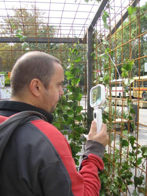 Bezoekers kunnen terwijl ze op de bus wachten gebruik maken van vergrootglazenen kijken of fijnstof op bladeren komt.