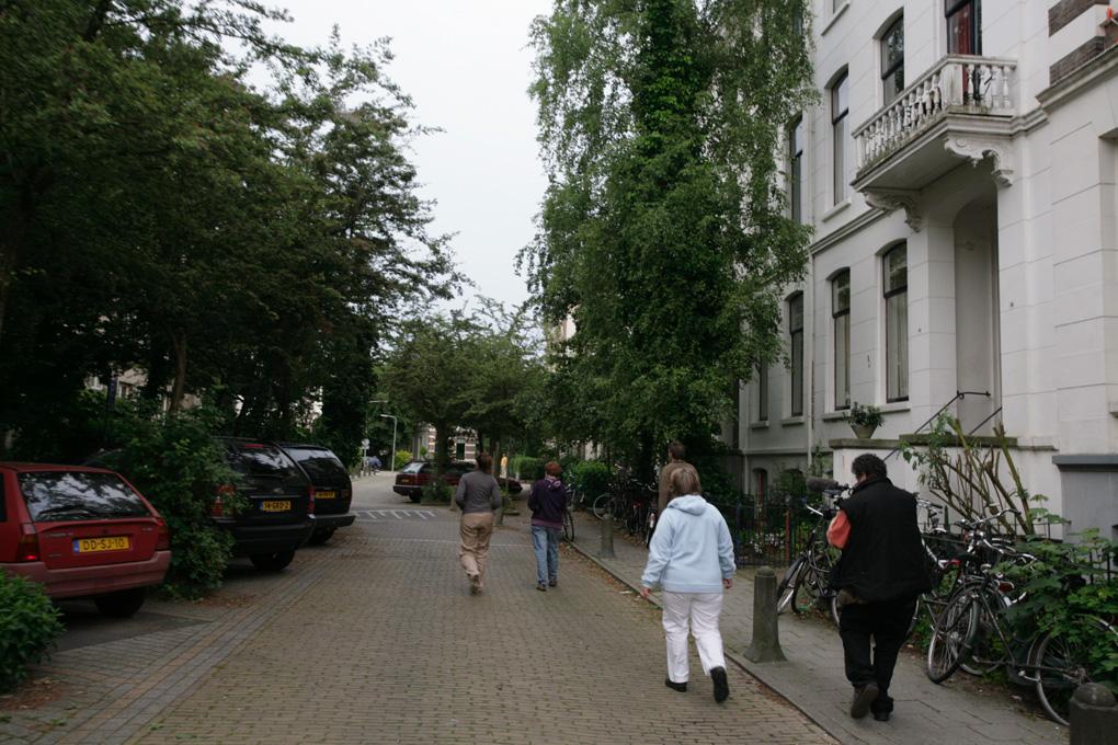 Daarna wandeling met bewoners van het Speykermakerskwartier door negen semi openbare tuinen in Arnhem.