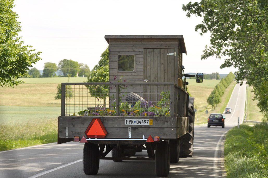 Vandaag ook wegen gevonden die speciaal voor tractoren zijn i.p.v. auto's. Een ervan is omsloten grote dikke berkenbomen, prachtig. Geslapen naast Slot Zeist. Er was een ideale parkeerplaats waar we ook groenten uit eigen tuin geroosterd hebben. Paddenstoelen met peterselie en pompoen met kaas…