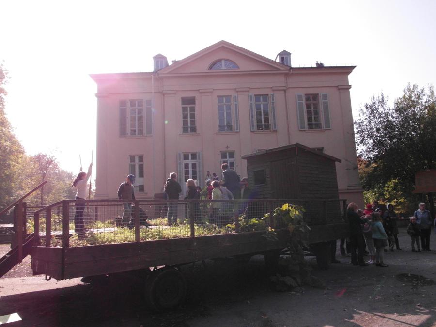 Op bezoek bij Sigrid Schwarts van Schloss Freudenberg. Hier wordt mobiele volkstuin na de zomer geplaatst. Het is een plek waar bezoekers in contact komen met hun zintuigen middels installaties en kunstwerken.