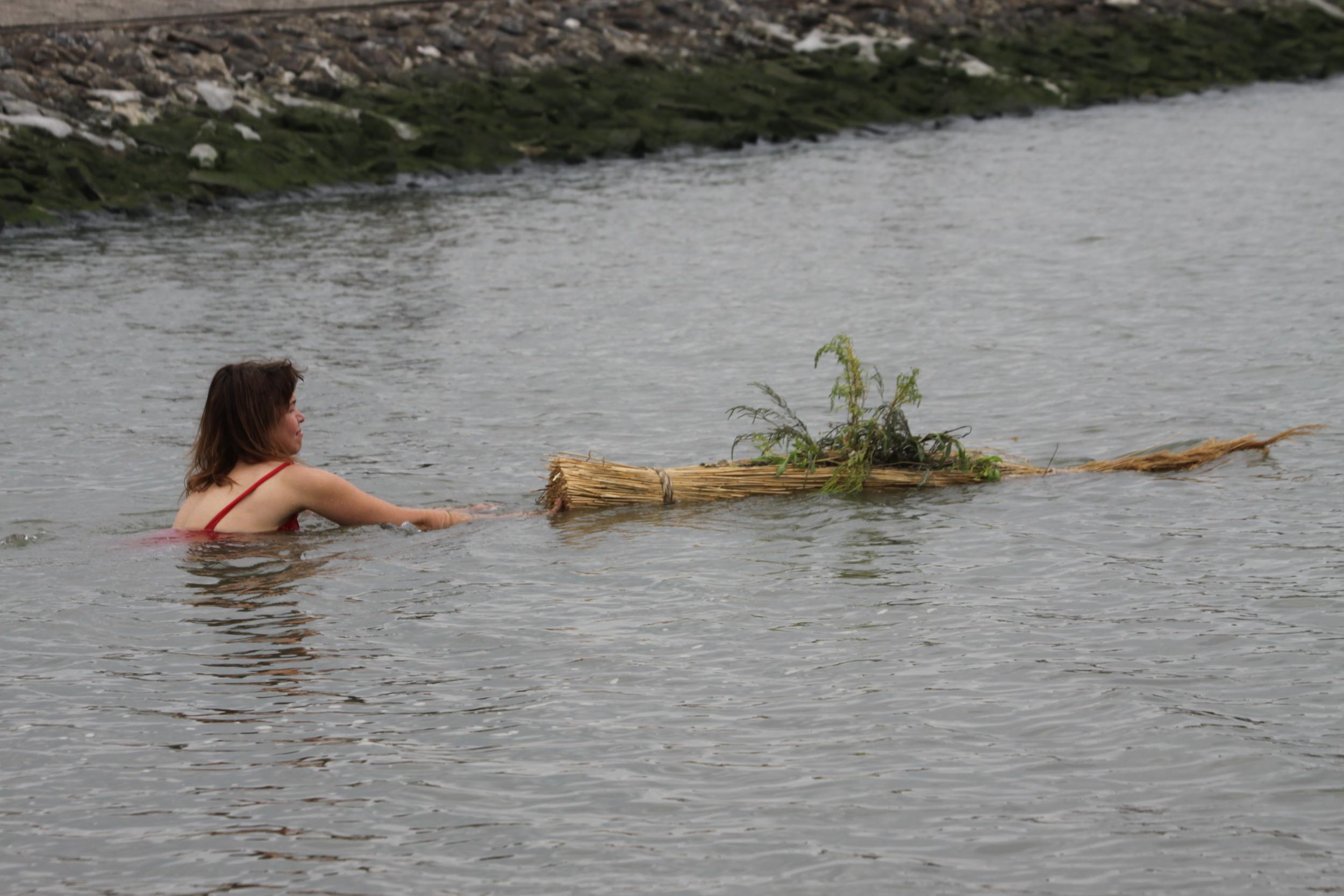 In een performance werden de eilandjes te water gelaten.