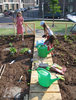 Het tuinieren en omgaan met aarde, zaden en planten is belangrijk, de kinderen die opgroeien in een 'stenen' omgeving verwonderden zich dat planten wortels hebben! Of wanneer een zonnebloem bloeit daar ook een bij op af komt en er wormen in de grond komen wat goed is voor de bodem. Lijkt vanzelfsprekend maar wanneer je dit voor het eerst ziet en ervaart…