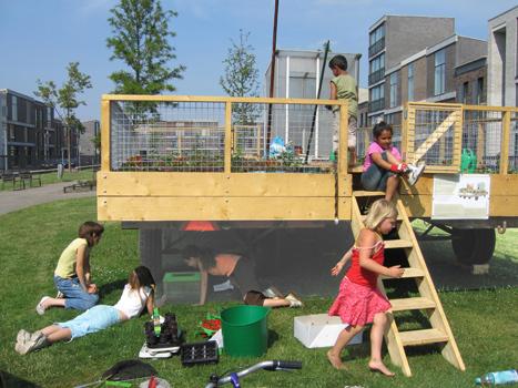 Een vaste ploeg van kinderen verzorgden de tuin; zaaien, planten en oogsten gedurende de zomer van 2006.