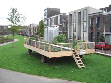 """Na verloop van tijd ontstonden nieuwe ideeën bij bewoners. Zo vroeg een voorbijganger zich af waarom de tuin wielen stond. """"Je kunt toch gewoon het plantsoen omspitten? """""""