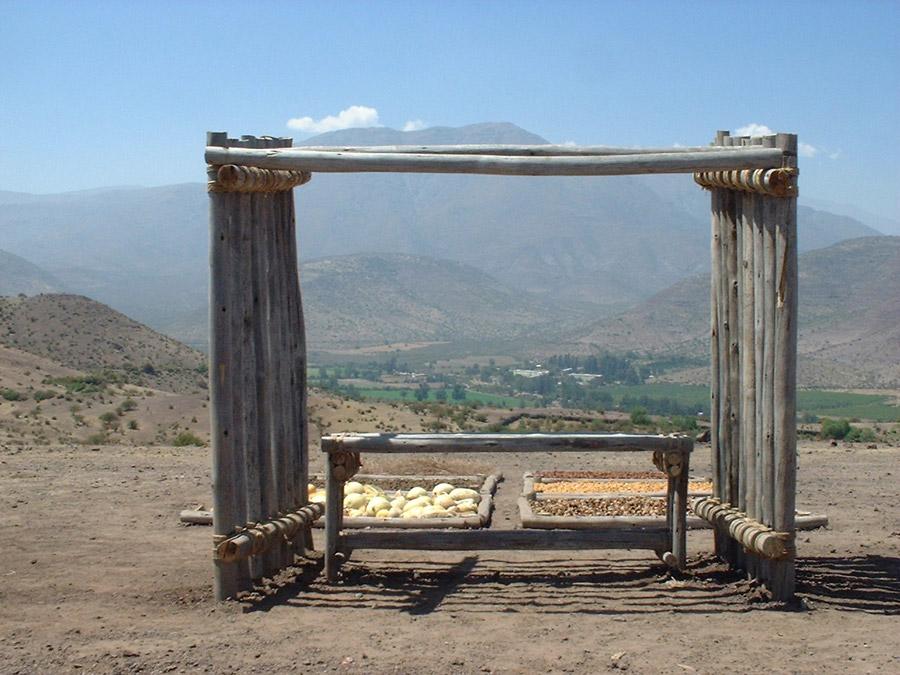 Uitkijkpunt. Vanaf dit punt onderscheiden we twee niveaus: 1. Zes vakken gevuld met landbouwproducten karakteristiek voor de omgeving van Putaendo. 2. De vallei bij Putaendo als een vruchtbare plek voor bezinning en contemplatie.